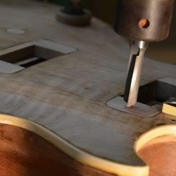 ブリルベイトでは、様々な楽器の修理を承ります。ギブソンのレスポールなど、ヴィンテージギターもお任せください。