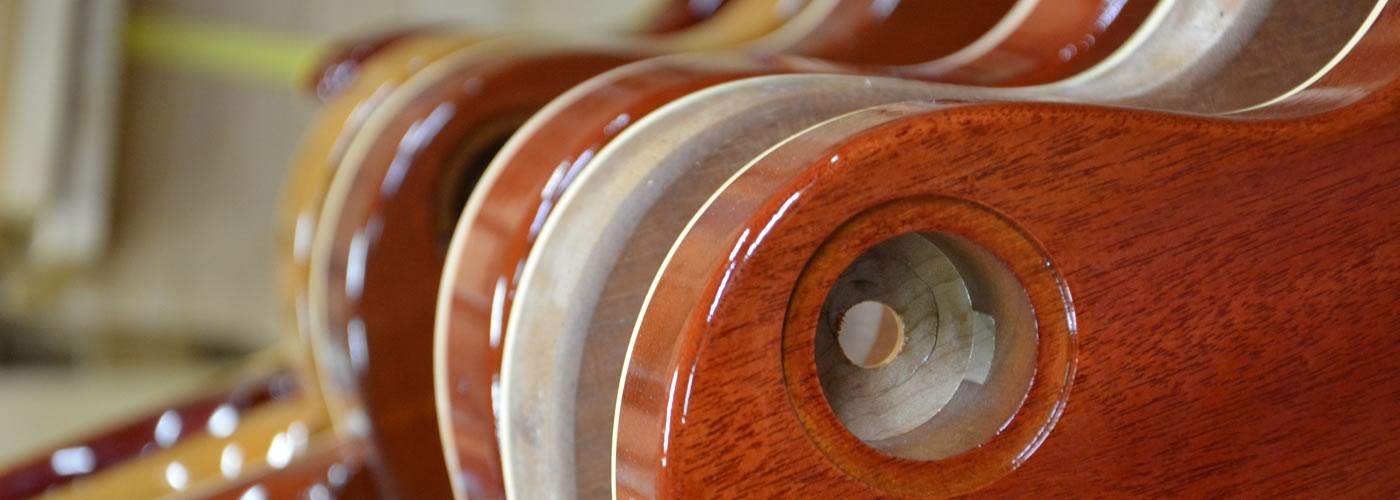 丹念に木材に合った塗料の選択から、乾燥、仕上げまで、職人の感覚が、全てを決めます。